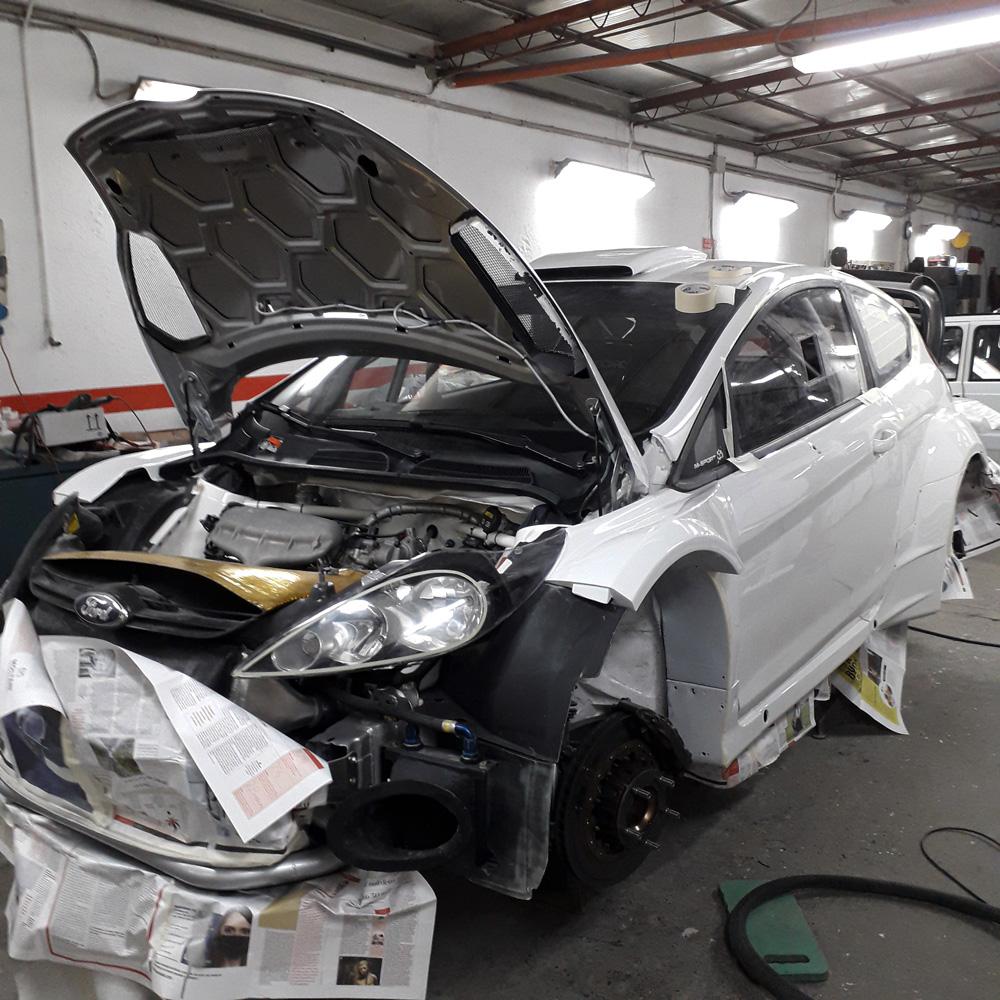 Carrozzeria auto bianca sportiva - Carrozzeria Eporediese